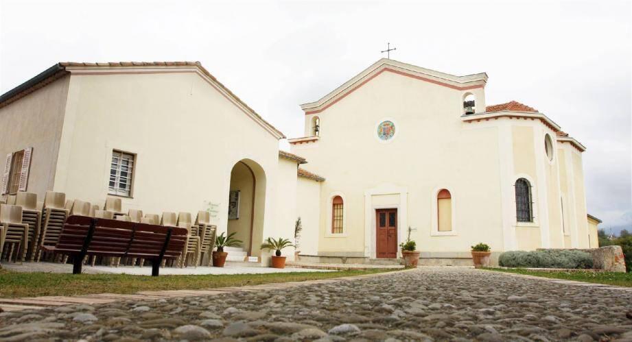 La vente porte sur un ensemble immobilier de 450 m2 habitables, la chapelle et son esplanade 2300 m2 , la galerie des ex-voto ainsi qu'une maison indépendante de quatre pièces sur un terrain de 1500 m2 et 1300 m2 de vignes.
