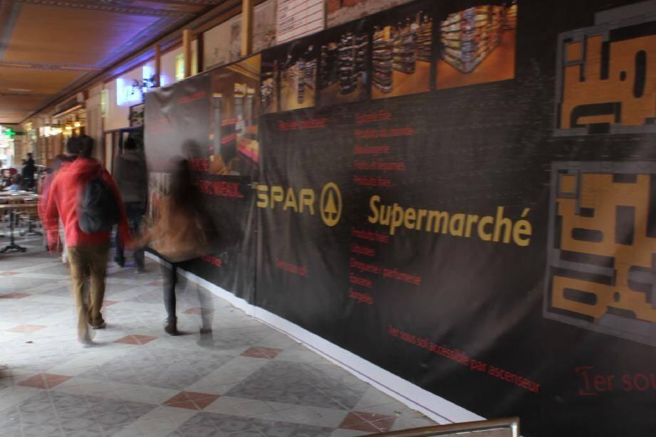 La future supérette s'ouvrira sur deux niveaux et 300 m2, sous les arcades de la place du marché.