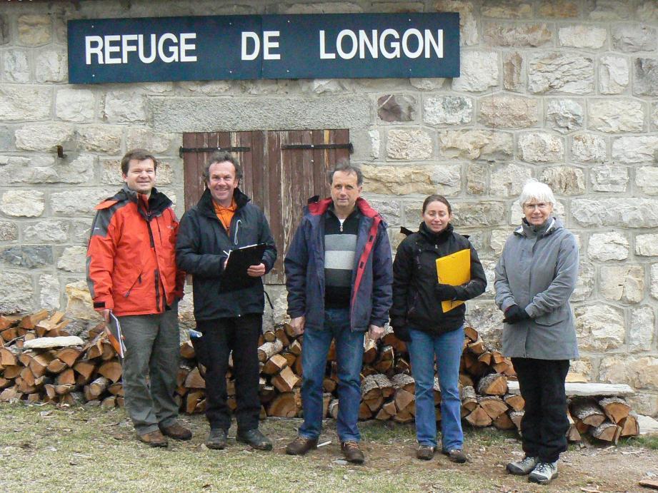 Devant le refuge, le maire, René Clinchard, avec à ses côtés Céline Lancery et Nadège Grandnè, ainsi que les deux architectes.