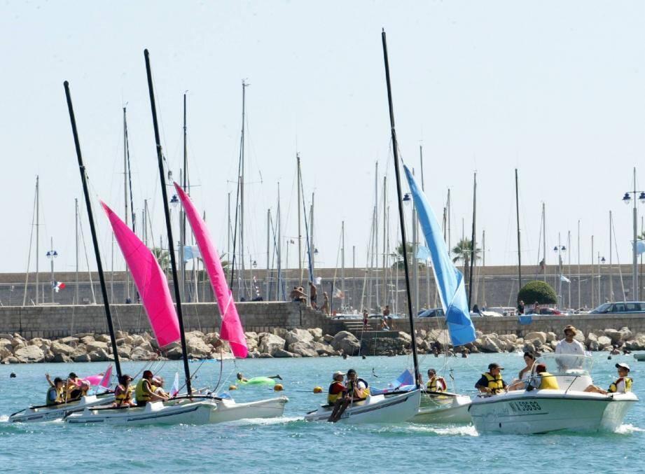 La base nautique peut accueillir, pour des stages payants, des enfants à partir de 6 ans pour les initier aux joies de la mer.
