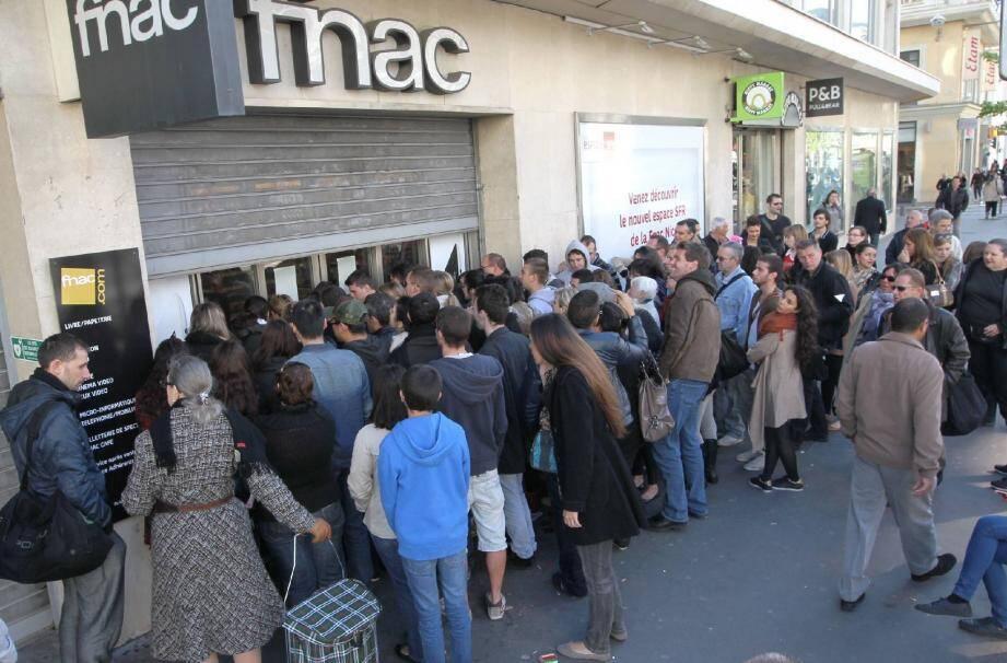 La queue pour obtenir une place pour le concert niçois du 4 octobre, hier matin à la Fnac.