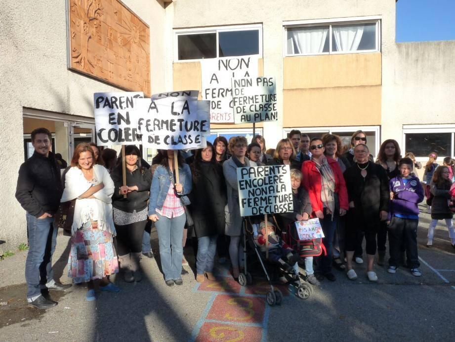 Les parents d'élèves d'Henri-Wallon ont encore manifesté, hier matin, avant la classe.