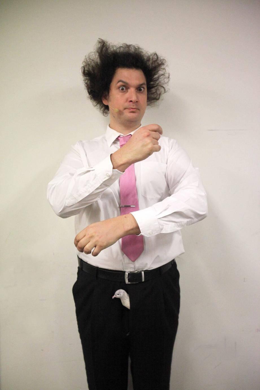 Cheveu hirsute et œil malicieux, Eric Antoine détonne dans le monde merveilleux de la magie.