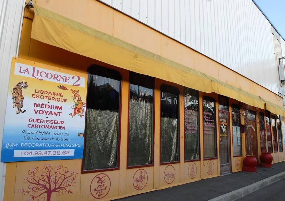 C'est dans cette librairie ésotérique de Cannes que des séances de magnétisme auraient dérapé en attouchements appuyés, selon les victimes présumées.