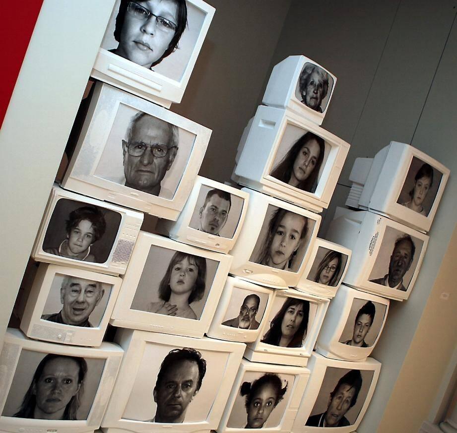 La création du groupe Signe est tournée vers l'interaction et la participation du public. Au dernier étage, les artistes appellent les visiteurs à se poster devant un écran vidéo ou à laisser des messages sur une installation.