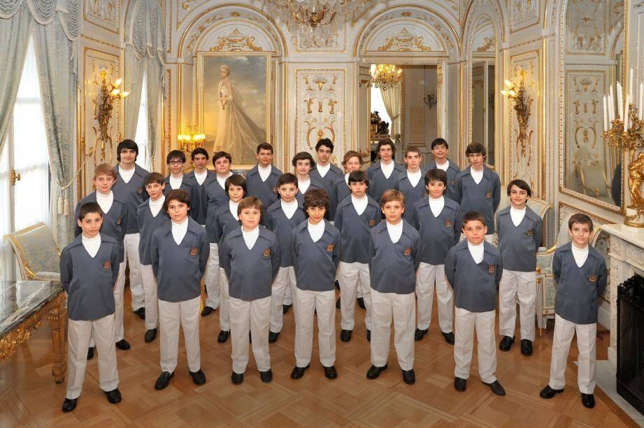 Les Petits chanteurs, en tenue de scène, tout récemment photographiés dans les salons d'honneur du Palais princier.