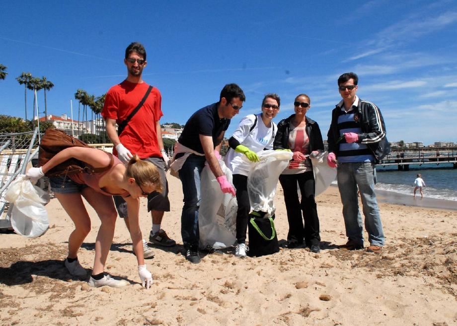 Âgés d'une vingtaine et d'une trentaine d'années, ils ont décidé de ne pas attendre qu'on nettoie pour eux les plages de Cannes. Hier, ils se sont concentrés sur la plage du Palais des festivals.