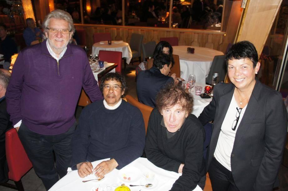 Les deux chanteurs en compagnie d'Annie et de Gilbert Vissian.