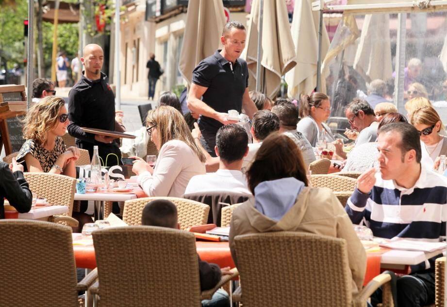 Sur la terrasse du Pimm's comme ailleurs en ville, à l'heure de l'apéro ou du déjeuner, le débat politique s'est installé. Sans cris, mais avec conviction.