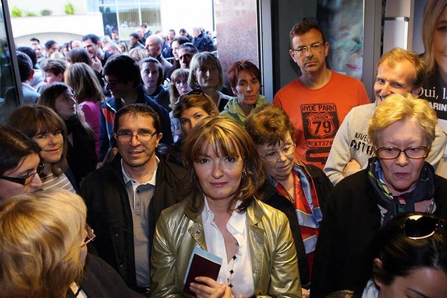 Dans l'ambassade de France, dimanche, nombre d'électeurs se sont émus des longues minutes d'attente pour atteindre l'urne.