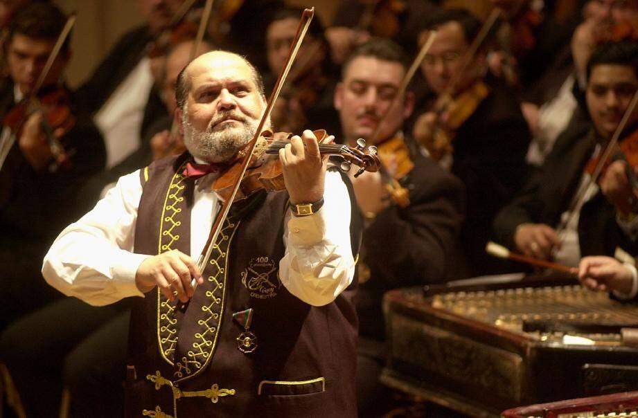 L'orchestre des Cent violons tziganes.