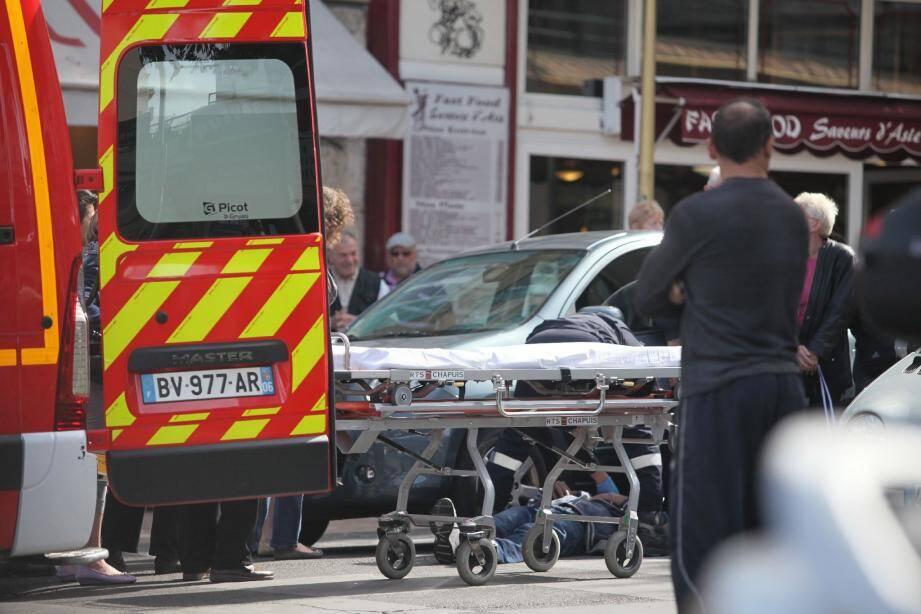 L'homme a été transporté au centre hospitalier par les sapeurs- pompiers.