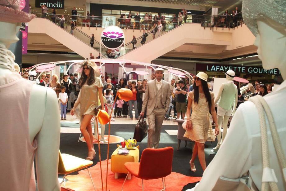 Défilé de mode sur la place centrale de Cap 3000 pour le lancement de son magazine.(Philippe Lambert)