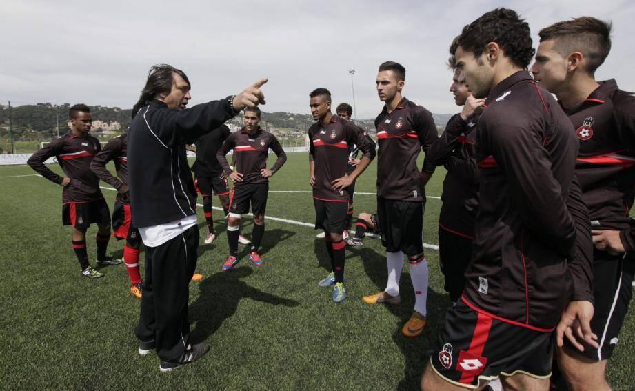 Maxime Silvestri (au premier plan) et ses partenaires attentifs aux consignes de leur coach, Guy Mengual.