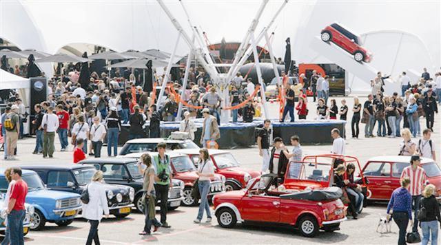 A chaque édition, le Mini United rassemble des milliers de propriétaires et d'amoureux de ces petites voitures britanniques.