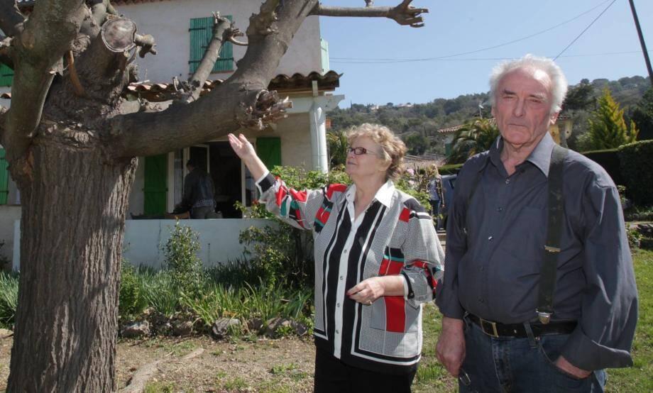Danielle et Pierre Le Guennec chez eux, devant l'arbre où Jacqueline Picasso aimait se mettre à l'ombre.