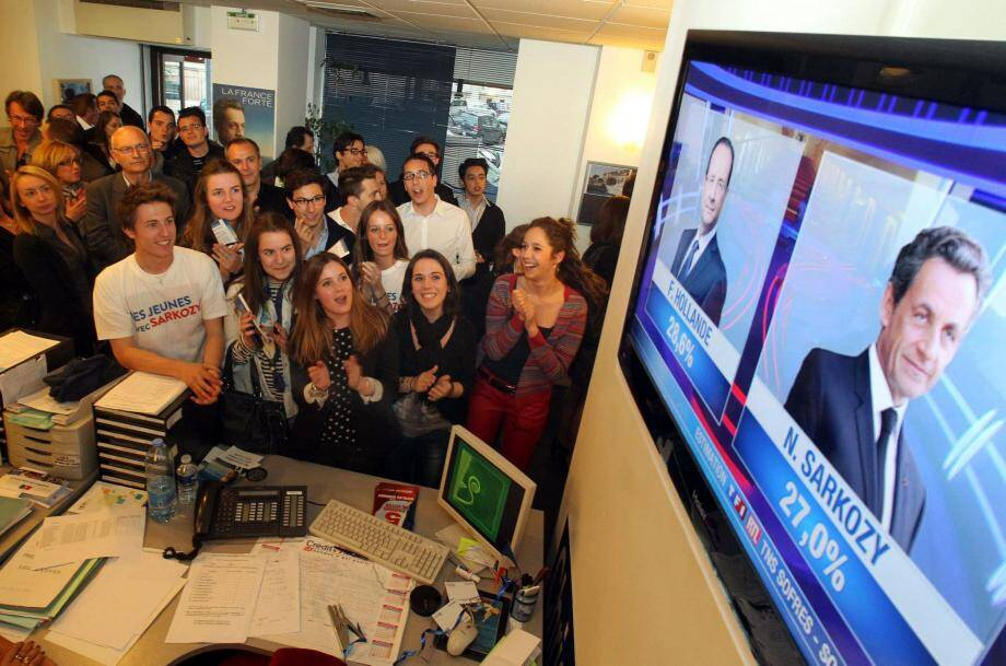 """Les Jeunes Pop' """"découvrent"""" les résultats du Premier tour à la télévision. Les estimations tournaient depuis plusieurs heures sur les réseaux sociaux."""