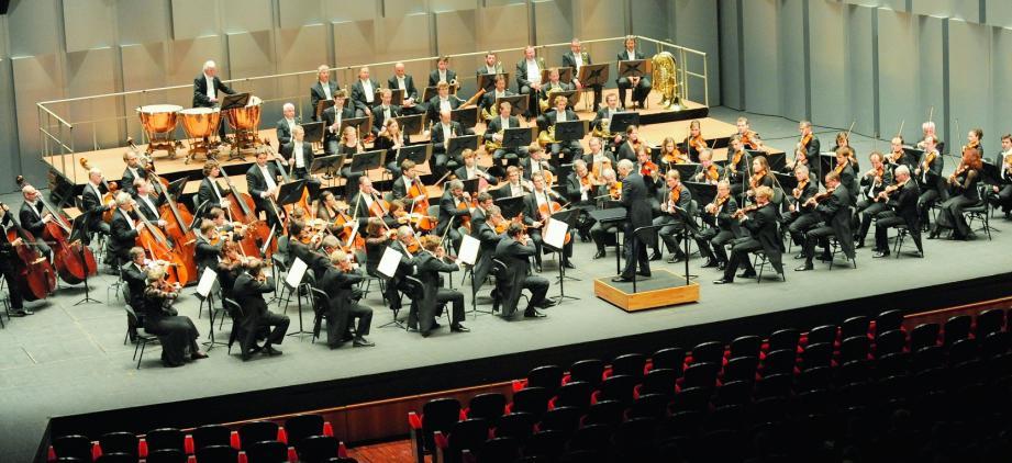 L'impressionnante armée de musiciens de l'orchestre de Dresde au Gimaldi Forum.