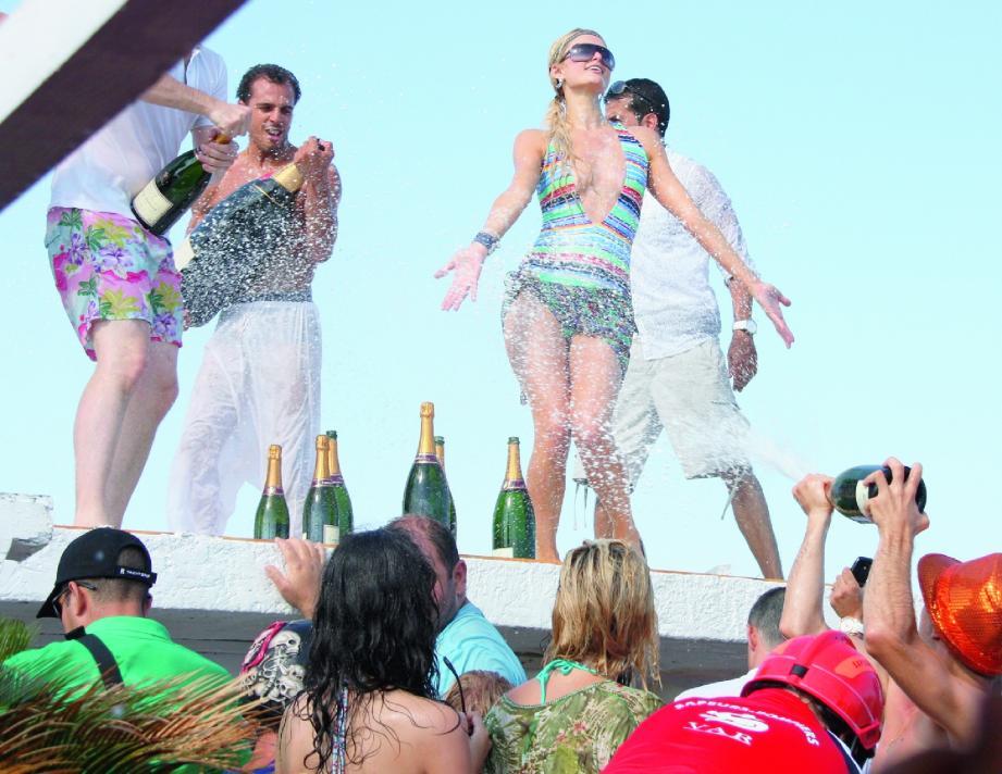 Une fête endiablée avec la jet-setteuse fan de champagne Paris Hilton, habituée du site. (Photo Boutria/Fernandes)