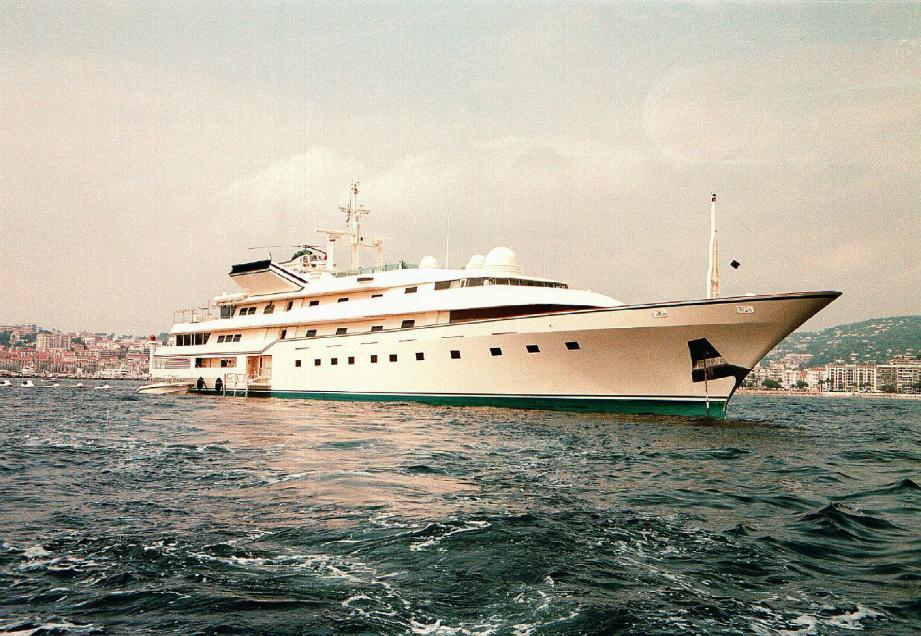 Le Kingdom, au large du port Canto, où son propriétaire le prince saoudien Al-Walid a financé une digue afin de pouvoir y amarrer son yacht. La ville a réévalué le montant de son stationnement à la baisse.