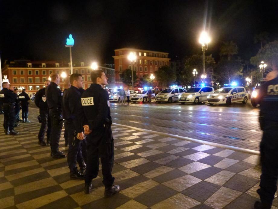 Depuis vendredi, plusieurs dizaines de policiers en tenue se rassemblent au cœur de Nice, gyrophares et sirènes allumés.