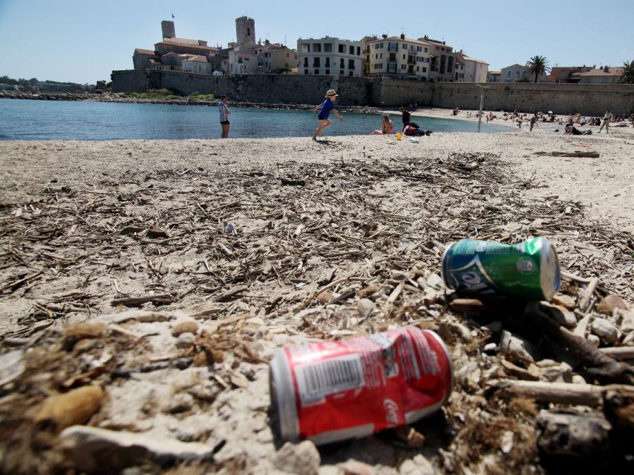 Plage de la Gravette, hier, le nettoyage n'est pas à la hauteur des attentes des habitués. « J'aime cette plage. Mais pas comme ça » , ronchonne Anne, une Antiboise.