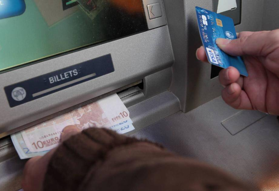 Dès qu'il a eu la carte bancaire de l'Antiboise en main, le voleur cannois s'est précipité à un guichet pour retirer le maximum possible. Sa victime avait laissé son code inscrit dans son portefeuille.