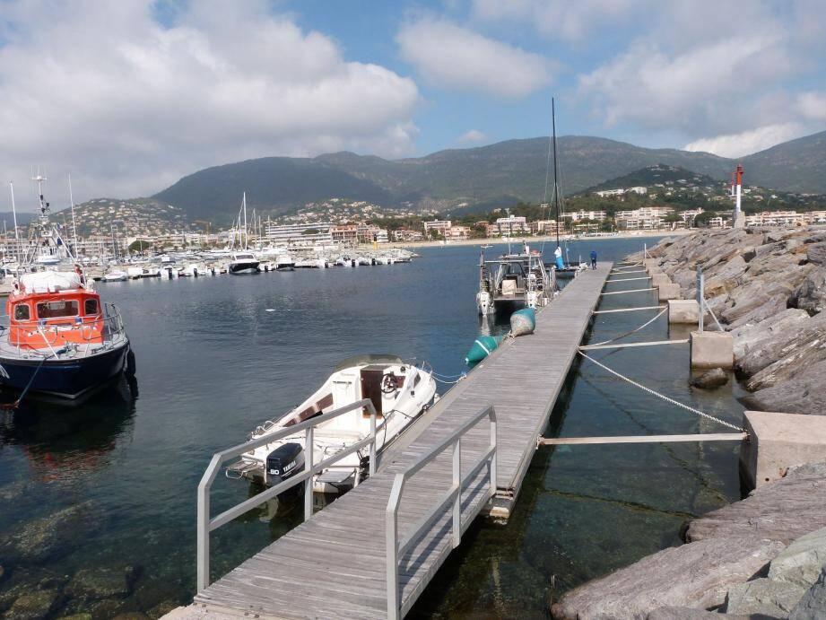 Le corps a été repêché par les gendarmes hier matin, à proximité de ce ponton.