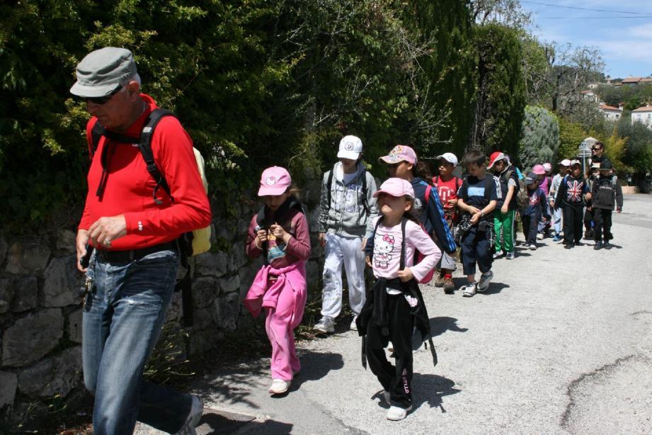 Yves Guillon, adjoint au maire, s'est joint aux enfants pour une randonnée sur la colline de l'Abadie. L'élu en a profité pour leur faire découvrir les richesses naturelles de Saint-André-de-la-Roche.