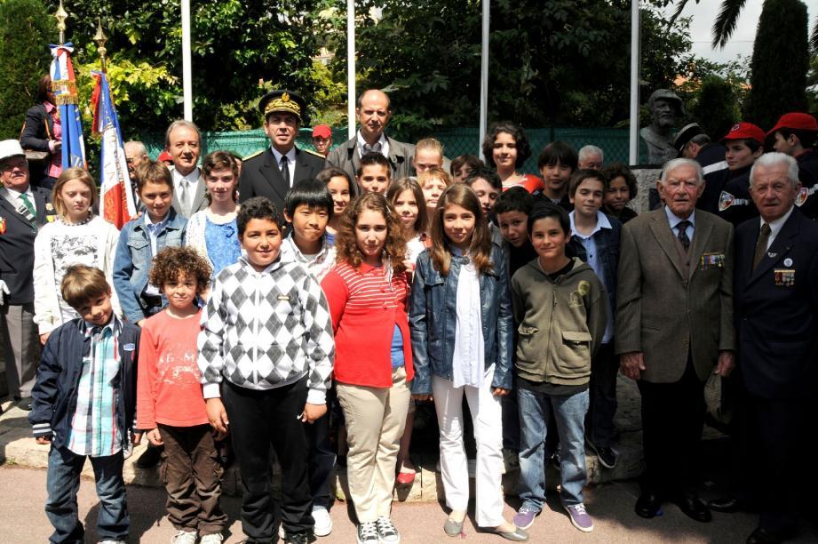 Les enfants de l'école de Cabbé, avec Raymond Floc'h, sous-préfet Nice-Montagne, Patrick Césari, maire, ainsi que Jean Enard et Jean Bodino, anciens combattants, et le directeur de l'école Stéphane Scordo.