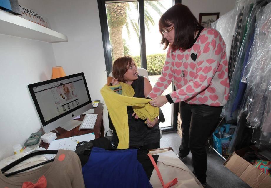 Julie Deplanque et Marie Godart, sa sœur, dans le bureau-dressing de l'auto-entrepreneuse.