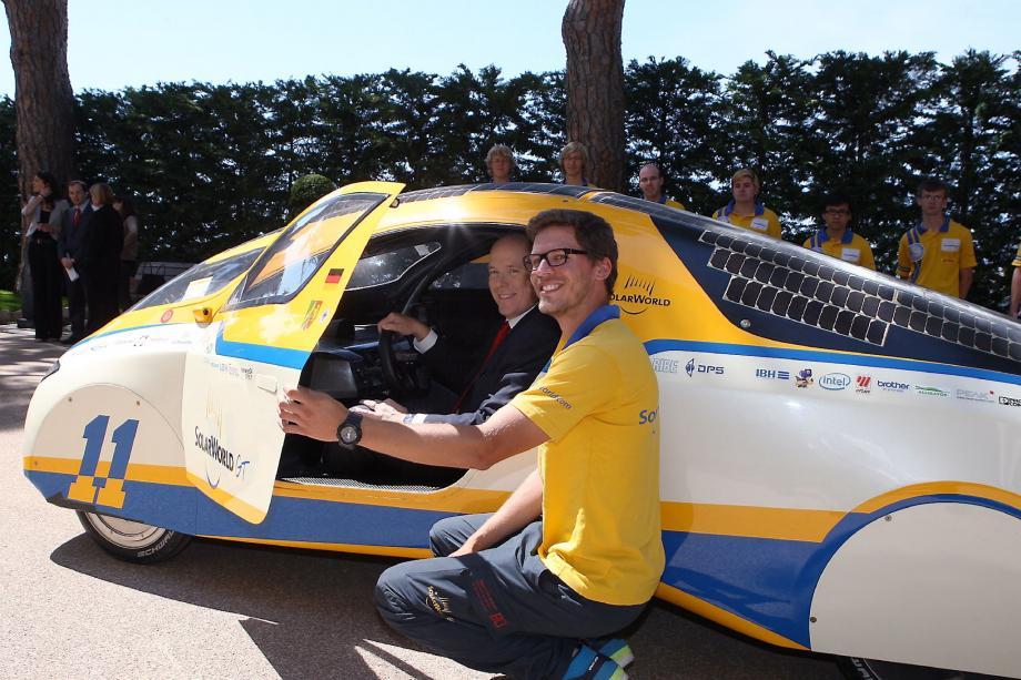 Les étudiants de l'université allemande de Bochum à l'origine du projet d'un tour du monde en voiture solaire ont présenté leur merveille technologique, le Solar World GT, au prince Albert II.