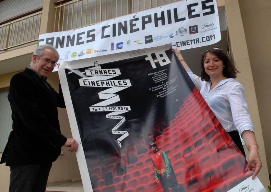 Gérard Camy et Aurélie Ferrier entourant l'affiche de Cannes Cinéphile. Nouveau cette année, l'association organise une journée de clôture le 27 mai avec la projection d'un film de la sélection officielle... A suivre !