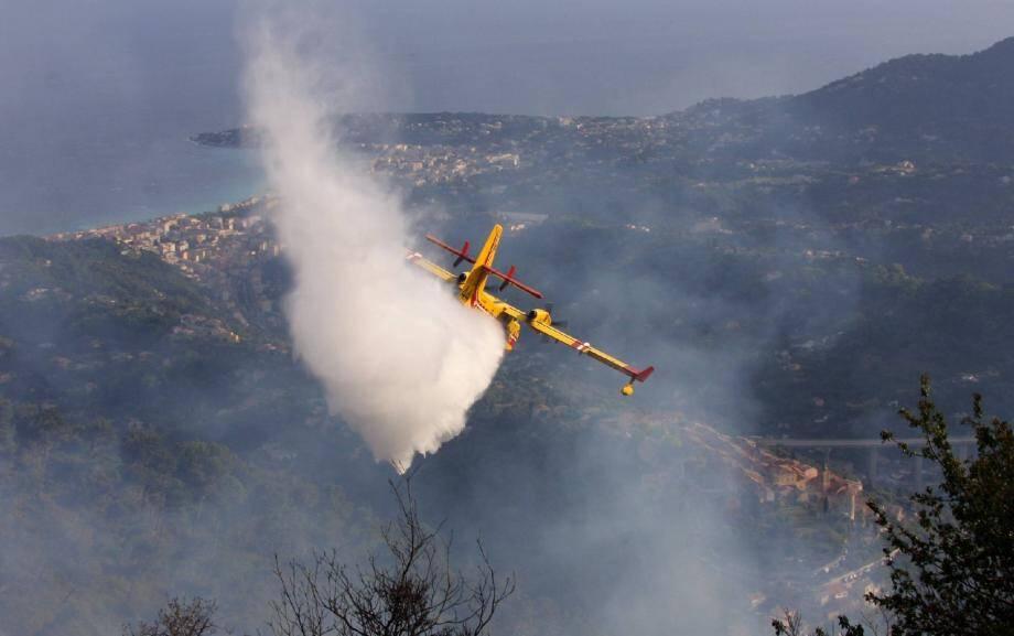 La réduction de la flotte des Canadair basée à Marignane inspire les plus vives inquiétudes à l'approche de la saison des feux. Ci-dessus : lors d'un incendie à Castellar fin avril, dans les collines mentonnaises.