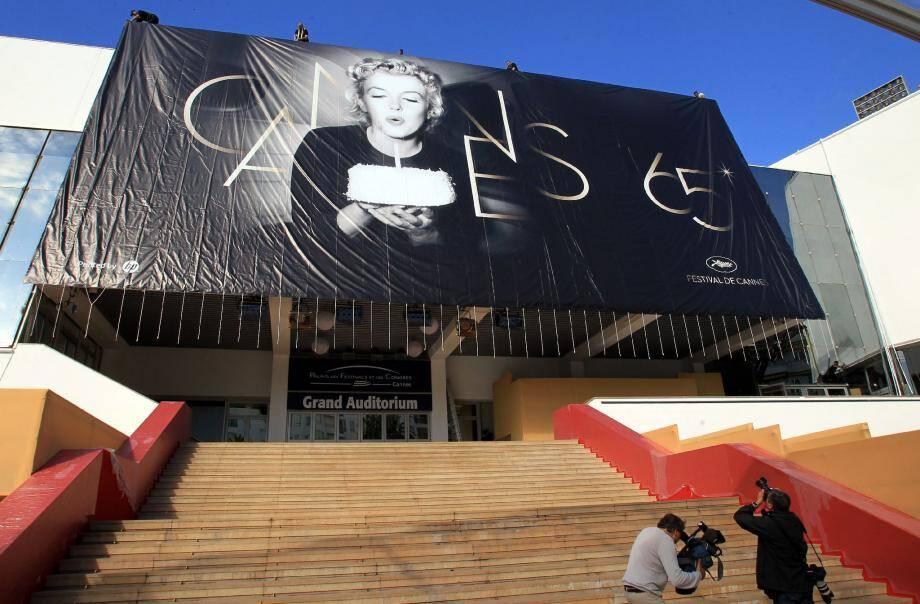 Sur cette affiche à Cannes, ce n'est pas au président Kennedy, mais bien au Festival que la belle Marilyn souhaite un bon anniversaire. Poupoupidou…