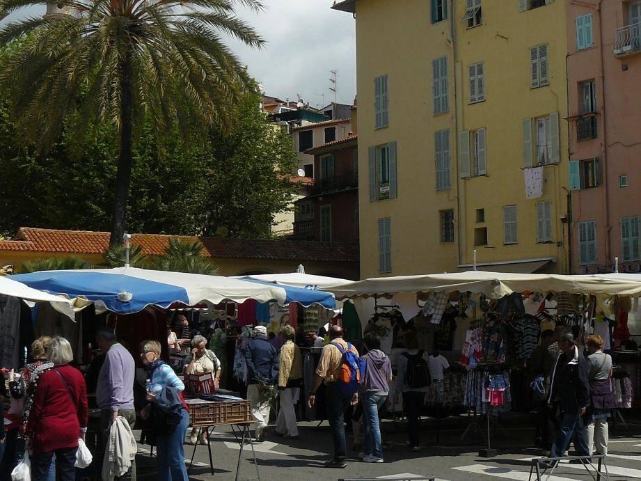 Jour de marché sur la place Fornari...