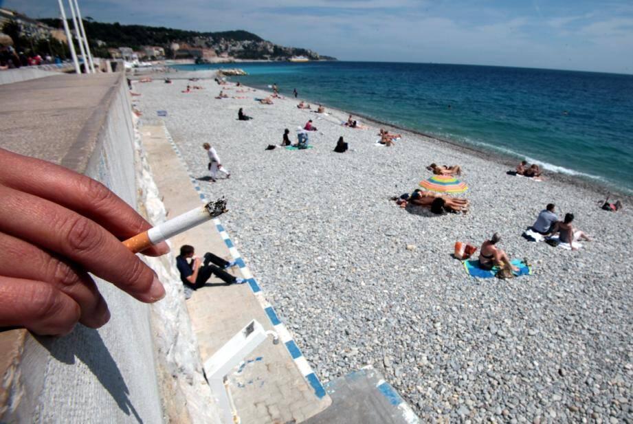 Jusqu'au 31 octobre, il est désormais interdit de fumer sur la plage du Centenaire. Une interdiction pour l'heure pas vraiment respectée.