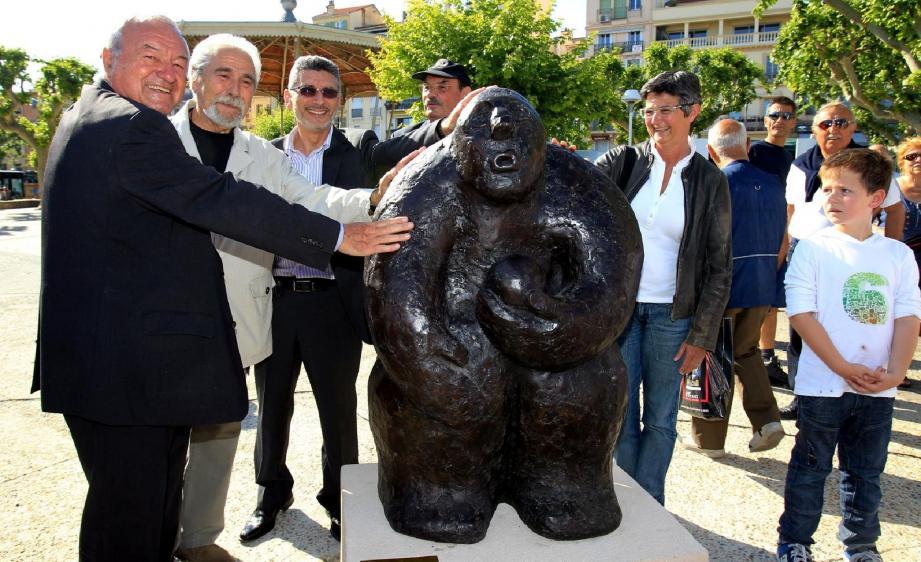 « Gustavo incarne un message de convivialité et d'ouverture », a déclaré le député maire Bernard Brochand lors du dévoilement hier de l'œuvre en présence de l'artiste cannois Gilbert Bria Bari.