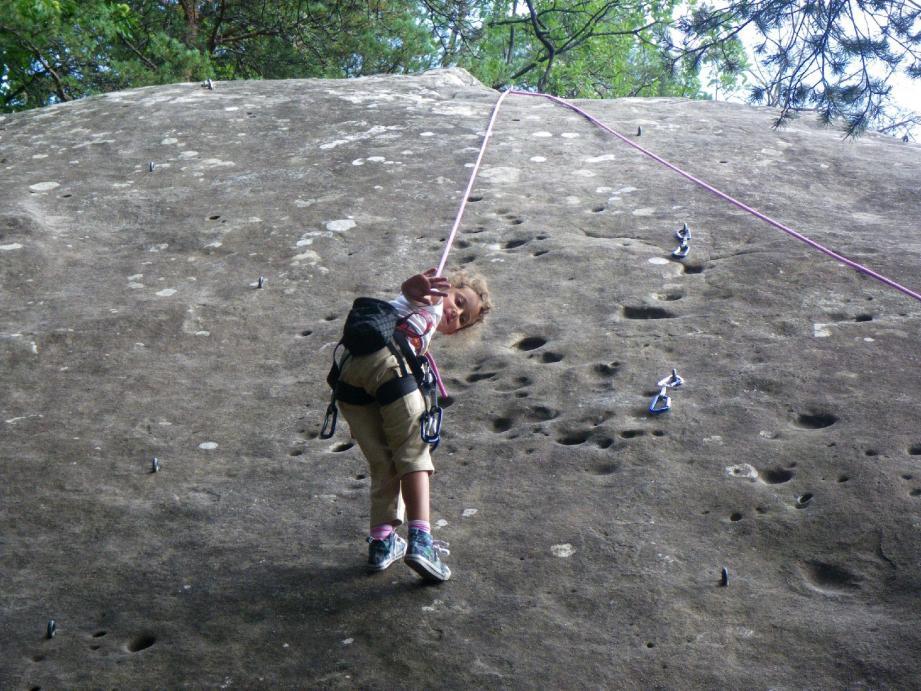 Même les plus jeunes peuvent s'initier à l'escalade sur les blocs de grès d'Annot.