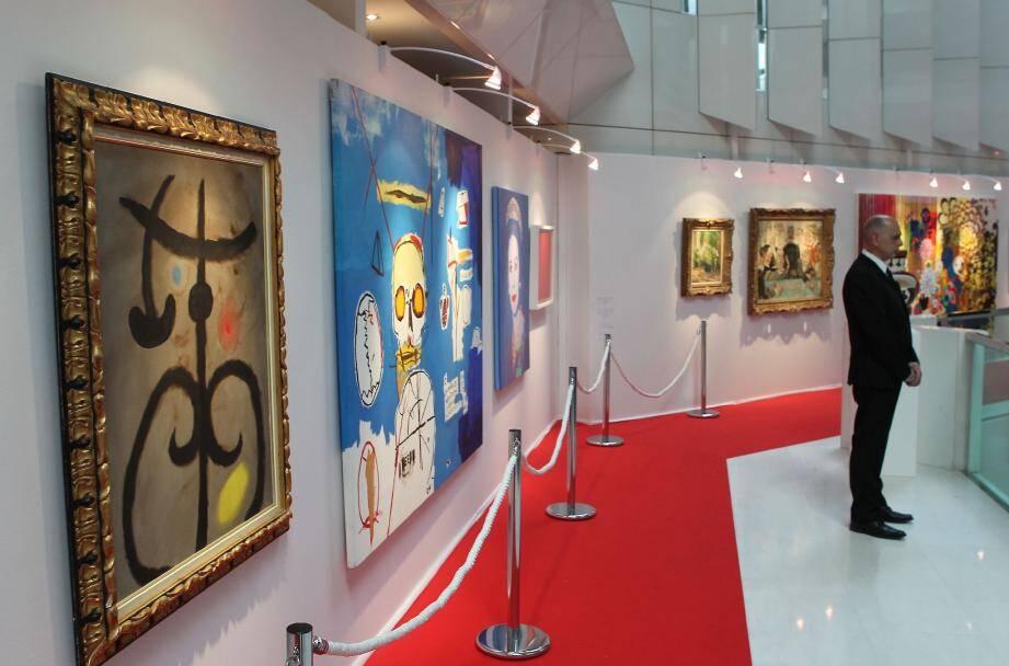 L'exposition se tient au premier étage du lobby, très très bien gardé. On aperçoit au premier plan, l'œuvre de Mirò, puis celle de Basquiat et la Reine Elisabeth de Warhol.