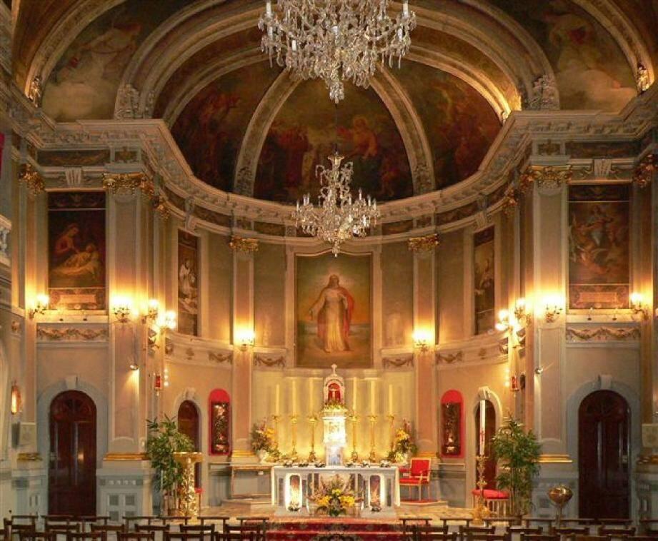 La nef de l'église du Sacré-Cœur, aux plafonds décorés par Franzoni.
