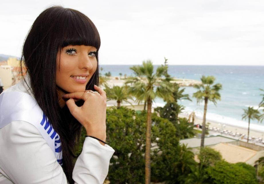Première séance photo pour Jade Scotte, élue samedi soir Miss Menton 2012. En espérant que le ciel soit plus dégagé, cet été, pour l'élection de Miss Côte d'Azur.