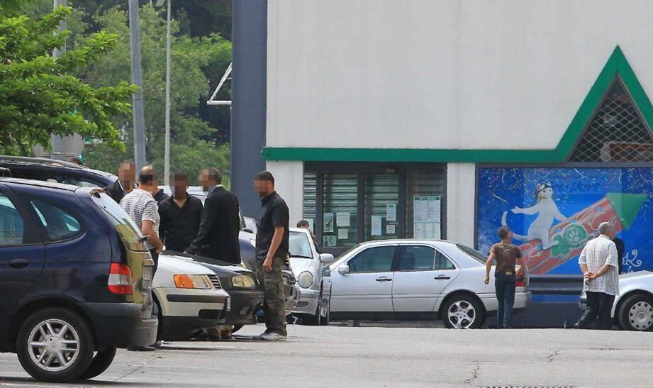 Le rendez-vous se tient en toute illégalité depuis plusieurs années, sur le parking situé derrière Leclerc Saint-Isidore.