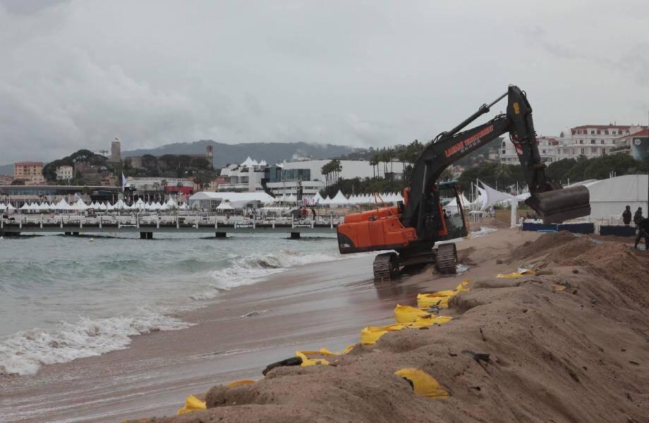 Si un coup de mer était à craindre, les plages cannoises ont finalement été épargnées. Pour éviter des dégâts, le mobilier a été ôté des pontons tandis qu'une pelleteuse remontait le sable pour protéger les établissements.