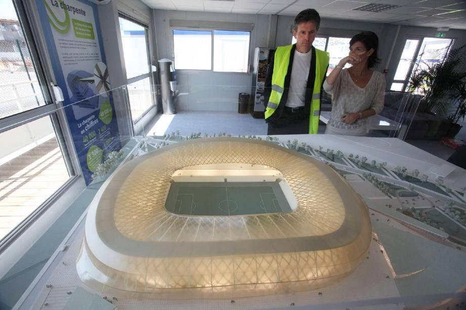 Claude Puel est resté longtemps devant la maquette du Nice Stadium et a posé de nombreuses questions.