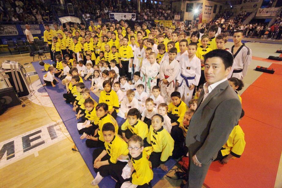 Près d'une centaine d'enfants de l'école Hoang Nam ont participé au show en hommage au Maître, pionnier du kung-fu dans l'Hexagone.
