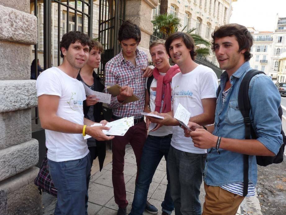 En tournée à Nice, Côme Fouques et Jérémy Lecoeur sont allés à la rencontre des lycéens pour leur faire connaître leur site gratuit pour réviser les maths au bac.