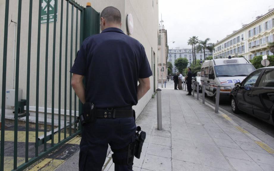 À l'extérieur, un dispositif discret a été mis en place par les pouvoirs publics. C'est à l'intérieur que les policiers sont nombreux.