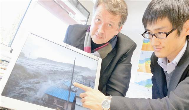 Le Pr Philippe Gourbesville, de l'université de Nice-Sophia Antipolis, et Daisuke Nohara, chercheur à l'Institut de recherche et de prévention des désastres de Kyoto.