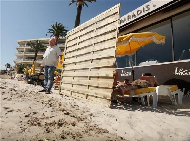"""Sous prétexte de vouloir délimiter son territoire, le """"Garden beach"""" a pris un malin plaisir, mercredi matin, à boucher la vue de ses concurrents en plantant, dans le sable, d'immenses panneaux de bois."""